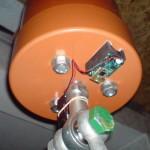 Czujnik MotionBee na dolnej pokrywie głowicy komparatora